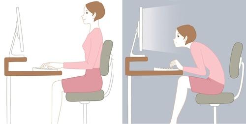 ▲컴퓨터를 사용할 때 올바른 자세(좌)와 나쁜 자세(우)