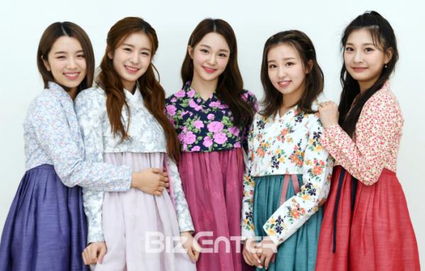 ▲woo!ah!(우아!) 루시(왼쪽부터), 우연, 나나, 소라, 민서 /한복제공=더고은생활한복(비즈엔터DB)