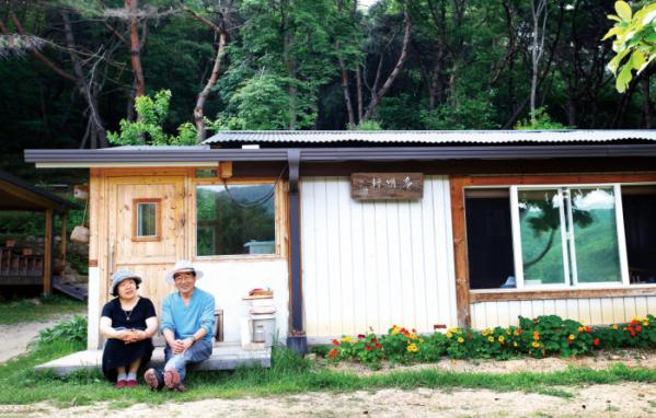 ▲강원도 원주로 귀촌한 나무선 씨는 숲속에 서점이 있는 집을 지었다.(사진 주민욱 사진작가)