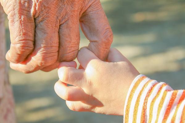 ▲시니어에게 손주는 존재만으로도 축복이지만, 특히 은퇴 후 적막함을 느끼던 남성들이 손주를 통해 삶의 낙을 찾았다는 것이 경희 씨의 설명이다.(셔터스톡)