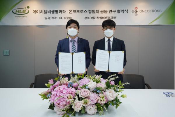 ▲한용해 에이치엘비생명과학 사장(왼쪽), 김이랑 온코크로스 대표(오른쪽)