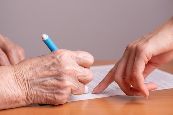 ▲실버타운 입주 상담 시에는 계약서에 기재된 입주 보증금 관련 조항을 꼼꼼하게 확인해야 한다.