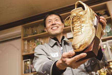 ▲2010년 동아마라톤 '올해의 최우수 선수상' 골든 슈즈를 들고 있다.(심재덕)