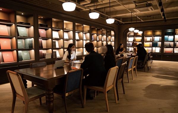 ▲상담이 이뤄지는 지하 1층에서는 웨딩북 제휴 업체의 '스드메' 웨딩 앨범과 드레스를 둘러볼 수 있다. (웨딩북 제공)