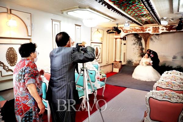 ▲예식장을 찾은 날은 결혼 50주년을 맞은 이광현·박숙자 부부의 리마인드 웨딩이 진행되었다.(브라보 마이 라이프 DB)