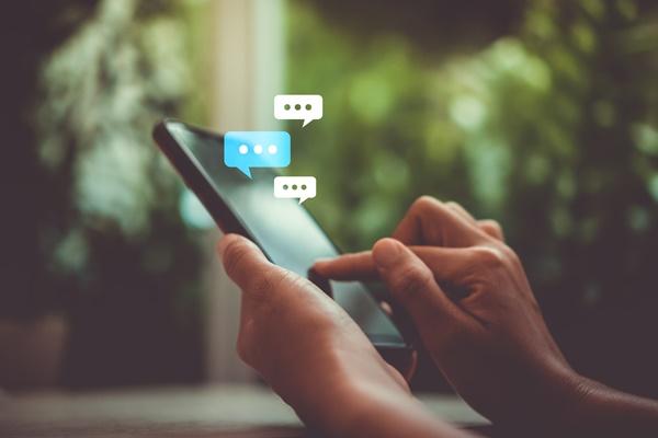 ▲관심사나 연령대가 비슷한 이들끼리 모여 대화를 나누는 '오픈채팅' 기능도 인기를 끌고 있다.