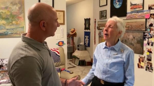 ▲아마존 의사회 의장인 제프 베이조스가 82세인 월리 펑크에게 다음달 20일에 떠날 우주여행 계획에 대해 설명하고 있다.(제프 베이조스 인스타그램)
