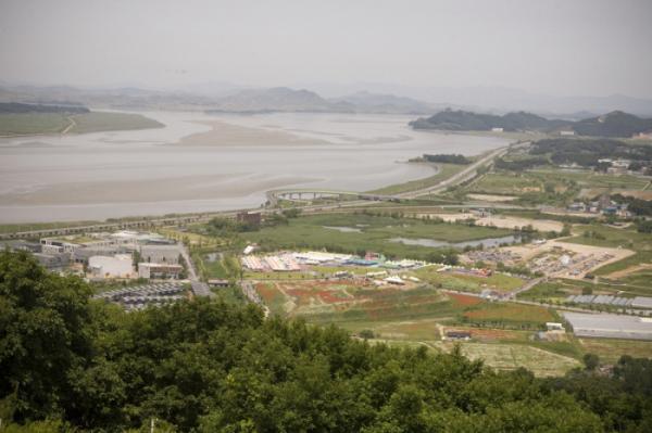 ▲심학산산림공원에서 바라본 한강과 자유로의 모습.(파주시청)