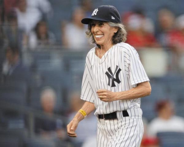 ▲그웬 골드먼(70)이 60년 만에 배트걸이 되어 야구장을 누비고 있다.(MLB 트위터)