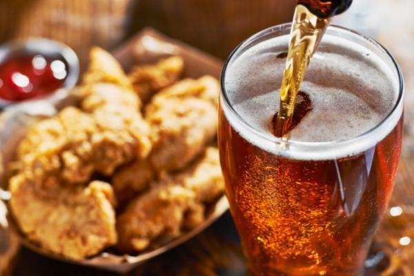 ▲통풍은 육류와 술을 즐기는 중년 남성에게 주로 발병한다.