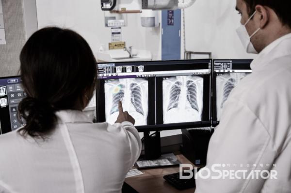 ▲루닛 인사이트 CXR을 활용해 흉부 엑스레이를 분석하는 모습