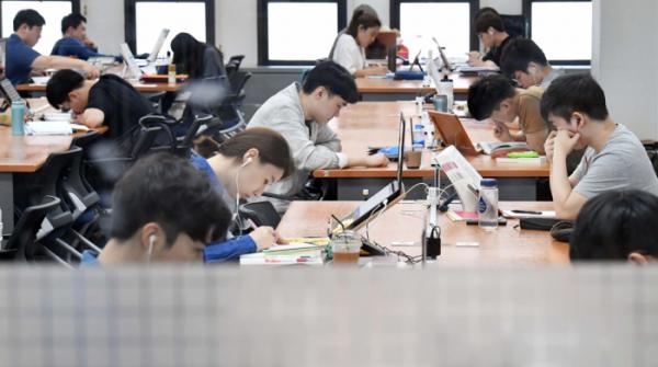 ▲20대가 취업준비를 하고 있는 모습이다.(이투데이)