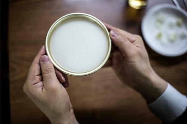 ▲최근 시니어 트렌드 연구 플랫폼 임팩트피플스에 따르면 5060세대의 과반수가 집에서 술을 즐긴다고 답했다.