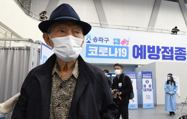 ▲한 어르신이 예방접종센터를 방문했다.(이투데이)