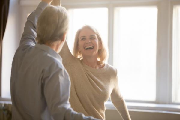 ▲친밀감 형성은 심리적 거리감을 줄이는 데 영향을 미친다(셔터스톡)