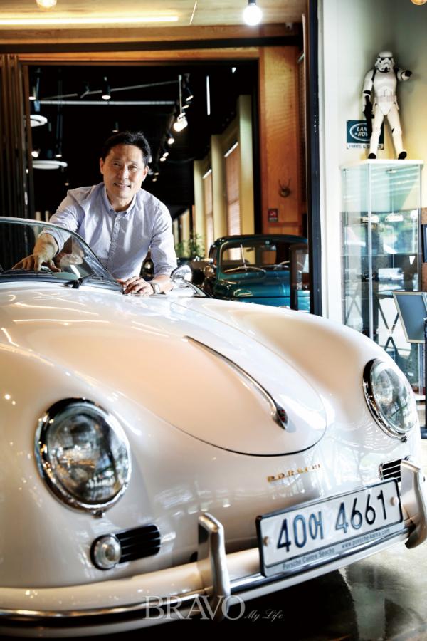 ▲'더원 클래식카 카페' 김성환 대표는 은퇴 이후의 좋은 삶을 위해 클래식카 전시장 겸 찻집을 열었다. '클래식카에 미친 사람'으로 통한다. 몰입이 깊어서. 사진에 보이는 차는 1956년산 '포르쉐 356'이다.(브라보 마이 라이프 DB)