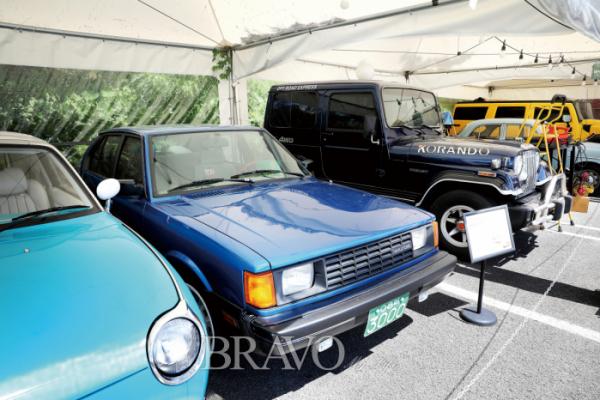 ▲외부 차고에 10여 대의 올드카들을 전시했다. 현대차 '포니2'도 보인다.(브라보 마이 라이프 DB)