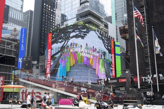 ▲뉴욕 타임스퀘어 한복 광고 송출 현지영상 장면 (문화재청)