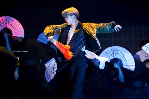 ▲BTS 멤버 지민이 2018 멜론 뮤직 어워드 무대에서 생활한복을 입고 공연하고 있다. (트위터 @mighty_jimin 캡처)