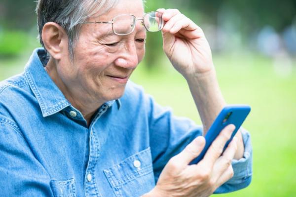 ▲시니어들의 스마트폰 이용이 늘면서 손과 목 등 근골격계 질환의 발병률도 증가하고 있다.