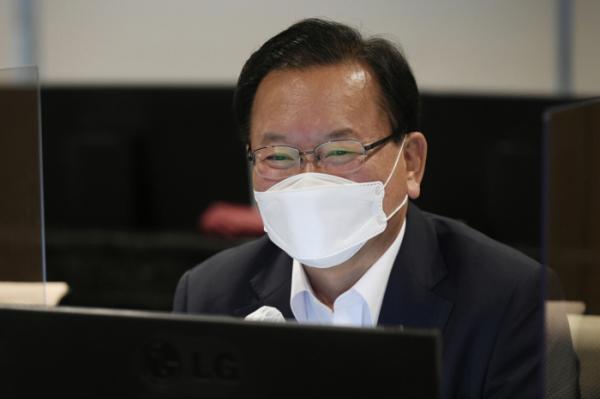 ▲김부겸 국무총리가 SK바이오사이언스 백신개발현장을 방문한 모습.(이투데이)