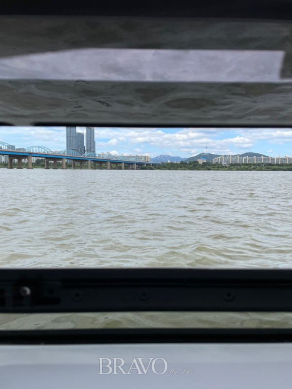 ▲카타마란 요트 지하 선실 창을 통해 바라본 바깥 풍경.(김규백)