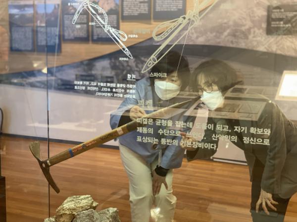 ▲국립산악박물관 전시 유물의 상태를 확인하는 박경이 실장(좌)(제공 박경이)