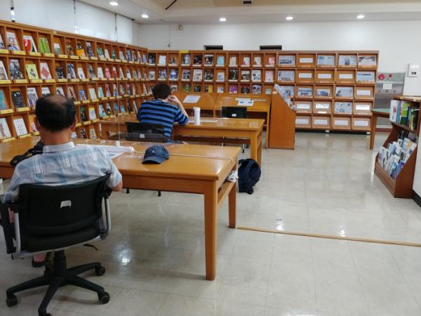 ▲서울시교육청 개포도서관은 디지털연속간행물실에 6명이 앉을 수 있는 테이블에 의자를 1개만 둬 평소 6명이 이용할 수 있는 공간을 1명만 이용할 수 있도록 제한을 두고 있다. 디지털연속간행물실은 시니어들의 이용률이 높은 공간이다.(박응서)