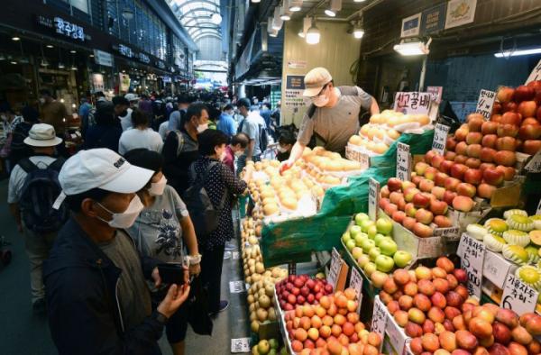 ▲추석을 앞둔 12일 서울 동대문구 청량리종합시장이 제수용품을 준비하려는 시민들로 붐비고 있다. 서울시는 전통시장 93곳의 주정차를 13일부터 22일까지 한시적으로 허용하며 지역경제 활성화를 도모한다.(이투데이)