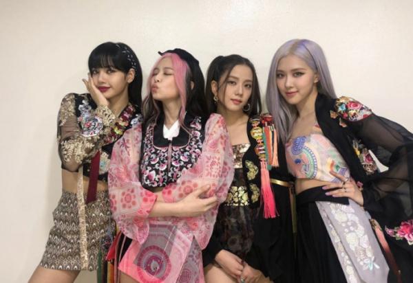 ▲블랙핑크 멤버들이 '단하주단'이 제작한 생활한복을 입고 포즈를 취하고 있다. (블랙핑크 인스타그램)