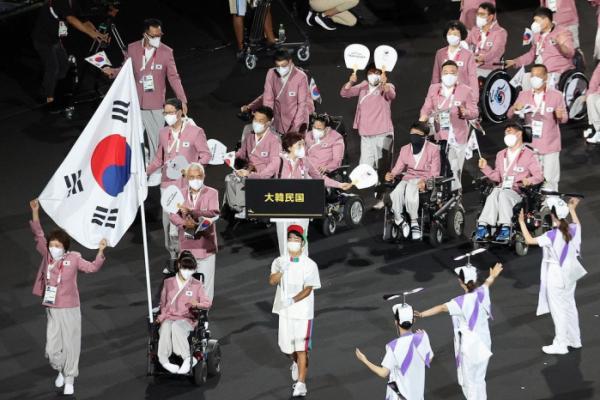 ▲2020 도쿄 패럴림픽 개회식에서 대한민국 선수단이 생활한복을 입고 입장하고 있다. (패럴림픽 사진공동취재단)