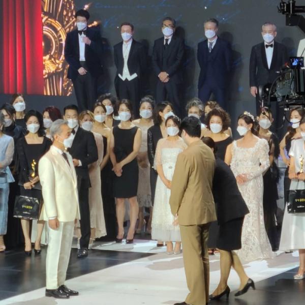 ▲그는 '2020 더룩오브더이어 클래식'에서 포토제닉 상을 받았다(제공 신섭)