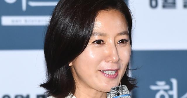 """""""쉽지 않았다"""" 김희애가 연기자로 산 35년의 시..."""