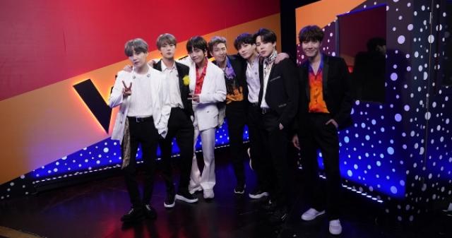 방탄소년단, 美 NBC '더 보이스' 파이널 축하 무대