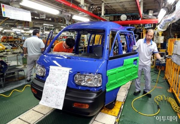 ▲한국지엠 창원공장에서 직원들이 다마스를 생산하고 있다.  (사진제공=한국지엠)