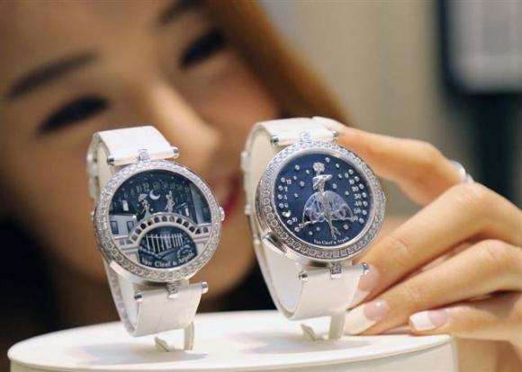 ▲신세계백화점은 13일까지 본점에서 '럭셔리 워치 페어'를 진행, 주얼리 시계 브랜드 반클리프 아펠이 만든 미술 작품 같은 시계 '레이디 아펠 발레리나 앙상떼'(오른쪽 시계)와 '퐁 데 자모르'를 선보인다.