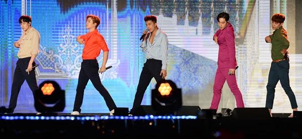 ▲그룹 2PM이 지난해 9월 'DMC 페스티벌 2015, K-ICT와 함께하는 K-POP 슈퍼콘서트'에서 공연을 펼치고 있다.(사진제공=JYP엔터테인먼트)