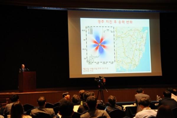 ▲홍태경 연세대학교 지구시스템과학과 교수가 경주 지진의 재발 가능성에 대해 발표하고 있다. 사진 속 붉게 표시된 부분이 경주 지진 이후 응력을 더 많이 받게 된 지역.(사진제공=기상청)