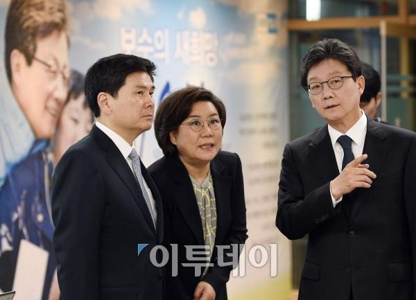 포토 대화나누는 지상욱-이혜훈-유승민 - 이투데이