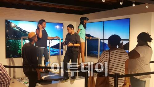 ▲사람들이 '삼성 837'의 VR(가상현실)체험존에서 서핑을 체험하고 있다.