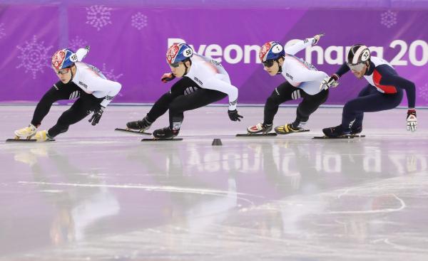 ▲17일 강원 강릉 아이스아레나에서 열린 2018평창동계올림픽 쇼트트랙 남자 1000m 준준결승에서 한국 대표팀 3명이 역주하고 있다. (연합뉴스)