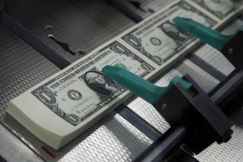▲미국 1달러 지폐. 미국이 기준금리를 올리면서 신흥국에서 자금 유출 위기가 발생했다. 아르헨티나는 기준금리를 한 주 동안 세 번 인상하는 등 각국이 대처 방안을 마련하고 있다. AP뉴시스