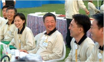 ▲구 회장은 직원들과 똑같이 행사로고가새겨진 티셔츠를 입고 함께 어울렸다.2002년 5월 구 회장(가운데)이 직원들과 대화를 나는 모습(사진제공=LG그룹)