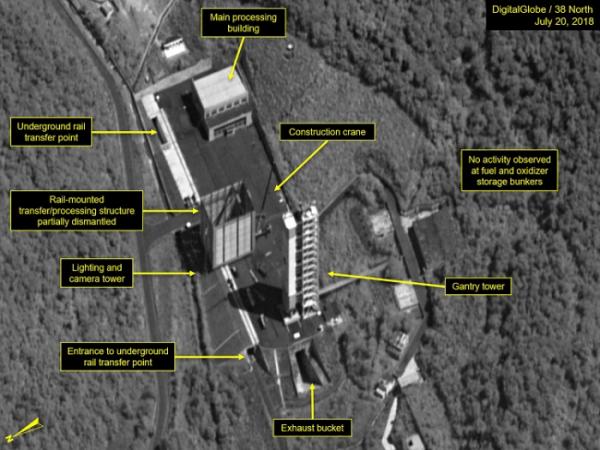 """▲미국의 북한 전문매체 38노스가 최근 촬영한 위성사진들을 판독한 결과, 북한이 탄도미사일 실험장인 '서해위성발사장'을 해체하고 있는 것으로 보인다고 23일(현지시간) 밝혔다. 38노스는 """"해체작업에 상당한 진척이 있는 것으로 보인다""""면서 """"해체작업은 약 2주 전부터 시작된 것으로 보인다""""고 설명했다.    사진은 지난 20일 촬영된 북한 동창리 서해위성발장으로 발사 직전 발사체를 조립하는 궤도식(rail-mounted) 구조물과 액체연료 엔진 개발을 위한 로켓엔진 시험대 등에 대해 해체작업이 진행되는 모습. (연합뉴스)"""
