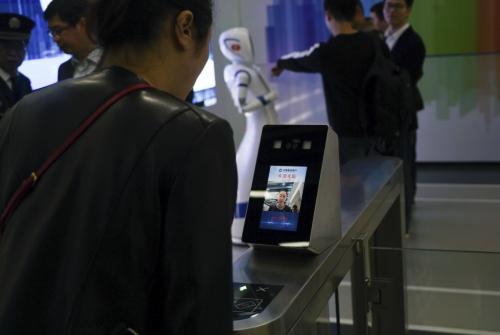 ▲중국 건설은행 직원이 4월 13일(현지시간) 상하이의 한 자동화 은행에서 얼굴 인식 소프트웨어 사용법을 시연하고 있다. 상하이/AP뉴시스