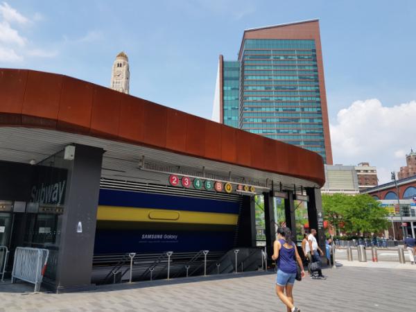 ▲애틀랜틱 애비뉴 바클레이스 센터 지하철역 걸린 '삼성 갤럭시 언팩 2018' 대형 광고(사진제공=삼성전자)