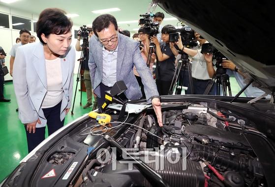 ▲김현미 국토교통부 장관이 2018년 9월 6일 한국교통안전공단 자동차안전연구원에서 BMW 화재사고 관련 BMW 차량을 살펴보고 있다. (국토교통부)