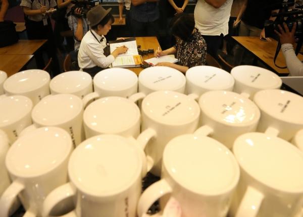 ▲지난달 2일 오후 서울 시내의 한 커피 전문점에서 종로구청 직원이 일회용 컵 사용 위반 여부에 대한 지도점검 및 단속을 하고 있다.  뉴시스