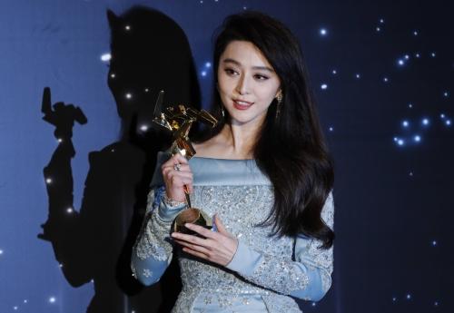 ▲중국 톱스타 판빙빙이 지난해 3월 21일(현지시간) 홍콩에서 열린 아시아영화제에서 수상하고 포즈를 취하고 있다. 홍콩/AP뉴시스