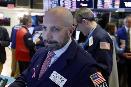 ▲한 트레이더가 11일(현지시간) 뉴욕 증권거래소(NYSE)에서 전광판을 보며 입술을 깨물고 있다. 뉴욕/AP연합뉴스